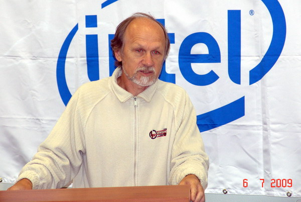 Холушкин выступает на школе Интел